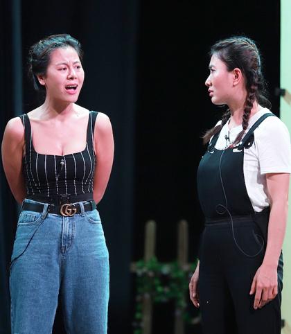 Diễn viên Nam Thư (trái) và Nguyệt Ánh (phải). Vở Ra Giêng anh cưới em phần haidiễntừ ngày Mùng 1 - 9 Tết Canh Tý (nhằm ngày 25/1-2/2) tại Nhà hát Bến Thành, TP HCM.