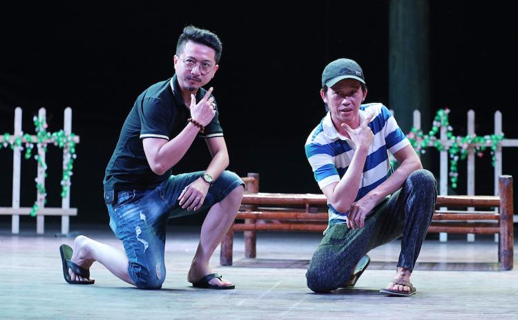Những ngày qua, Hoài Linh và dàn diễn viên hài quen thuộc của miền Nam như: Nhật Cường, Nam Thư, Hứa Minh Đạt, Ngọc Trinh, Tiết Cương...có buổi luyện liên tục tại Nhà hát Bến Thành, TP HCM để chuẩn bị phục vụ khán giả trong dịp Tết Canh Tý 2020.