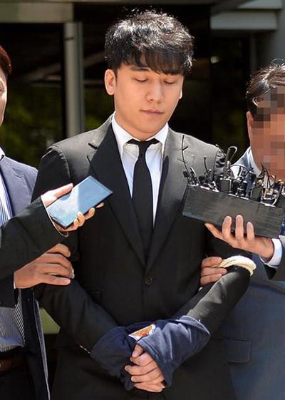 Seungri bị trói khi trình diện tòa án năm 2019. Ảnh: Segye.
