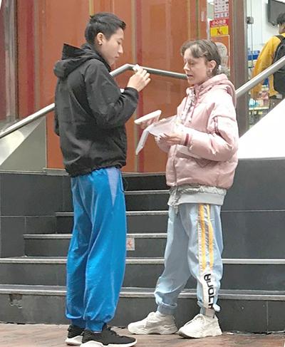 Trác Lâm và Andi ăn trưatrên phố. Ảnh: On.