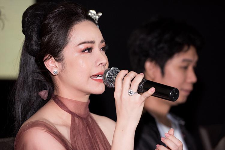 Nhật Kim Anh khóc khi