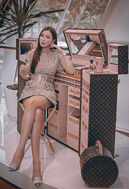 Jamie Chua bên rương Malle Coiffeuse. Ảnh: Instagram.