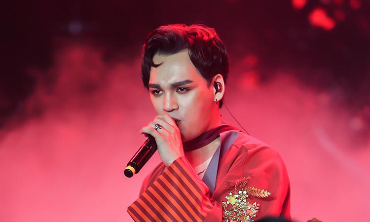 Nguyễn Trần Trung Quân biểu diễn tối 11/1 ở đêm nhạc VHeartbeat. Ảnh: Jo Mary.