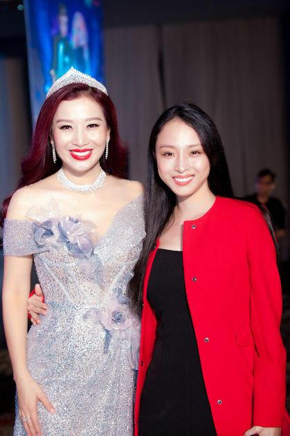 Người đẹp Thu Hương t là sếp của Phương Nga.