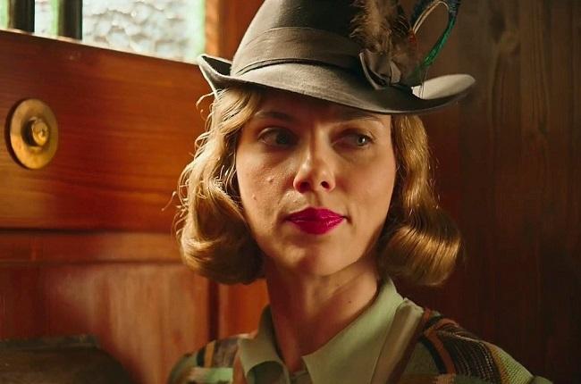 Scarlett Johansson đóng vai người mẹ cậu bé có thiện cảm với phát xíttrong Jojo Rabbit. Nếu được đề cử vớiphim này lẫnMarriage Story, côsẽ là người đầu tiên vào top 5 ở cả hạng mục nữ chính, phụ kể từ Cate Blanchett (năm 2007). Ảnh: Fox.