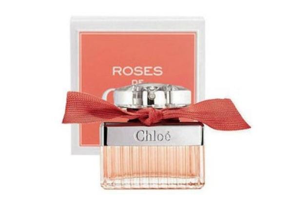 Nước hoa nữ Chloé Roses EDP 75 ml ra mắt năm 2013 với hương thơm hoa hồng đặc trưng quyến rũ. Sản phẩm được xem là ấn phẩm đánh dấu kỷ niệm 50 năm thành lập của thương hiệu Chloe danh tiếng. Nhẹ nhàng và duyên dáng, mùi hương gợi cho người dùng và người ngửi cảm giác như đang đứng giữa khu vườn hoa hồng Paris xinh đẹp. Mở đầu bằng nốt hươngchiết xuất từ cam bergamot, pha cùng chút sắc tố hoa hồng tươi mới, Roses De Chloe mang tới cảm giác vừa tươi mát, vừa quyến rũ. Mùi hương tiếp tục với nốt hương giữa chiết xuất từ tinh chất hoa hồng Damask, đan xen cùng chiết xuất mộc lan,hòa quyện tinh tế. Nốt hương cuối là sự hòa trộn nhẹ nhàngcủa hươnghổ phách và xạ hương.Mẫu chai thiết kế bởi Patrick Veiller mang gam màu hồng nhẹ nữ tính,trang trí bằngdải ruy băng màu hồng sẫm. Sản phẩm có giá 2,128 triệu đồng, giảm 30% so với giá gốc.