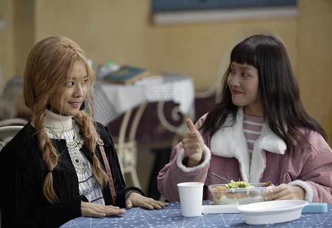 Hoàng Yến Chibi (trái) và Khả Ngân đóng vai sinh viên trong phim. Ảnh: BHD.