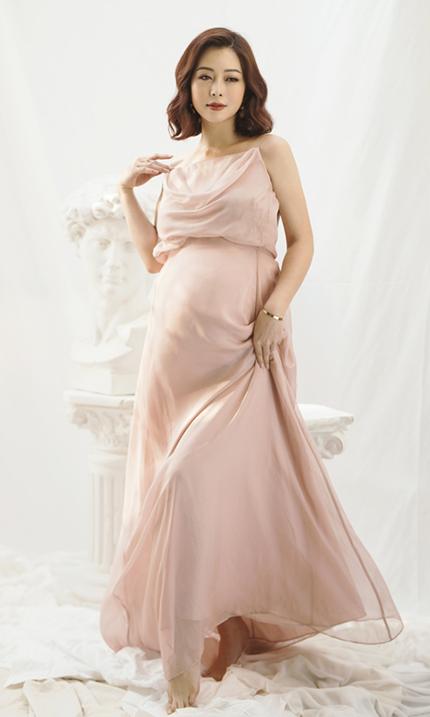 Jennifer Phạm chụp hình khi mang bầu tám tháng. Ảnh: Rose Ng.