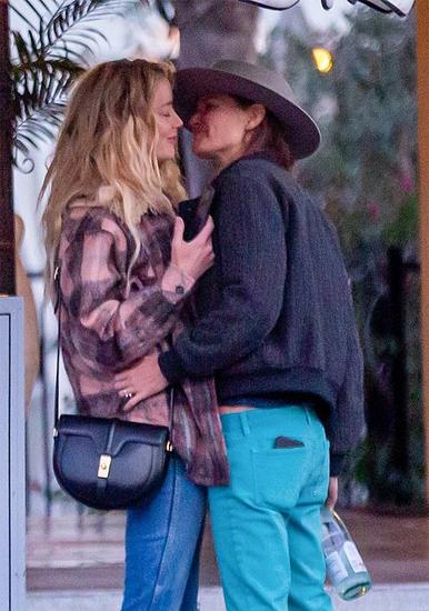 Amber Heard (trái) bên người tình đồng giới. Ảnh: Backgrid.