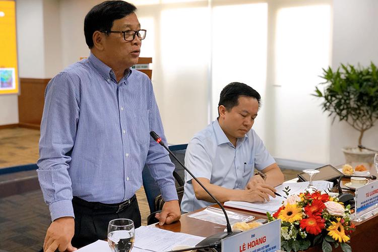 Ông Lê Hoàng (trái) - giám đốc đường sách TP HCM - bên ông Từ Lương - Phó giám đốc Sở Thông tin Truyền thông TP HCM tại buổi họp. Ảnh: M.N.