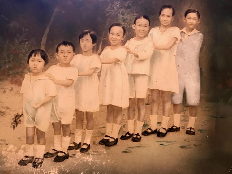 Bảy anh chị em gia đình bà Thái Thị Lang (thứ hai từ phải sang) và Thái Thị Liên (giữa) trong bức hình chụp thập niên 1920.