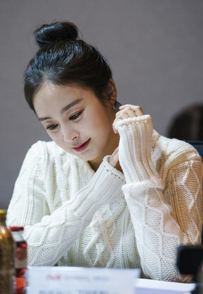 Tae Hee đọc kịch bản Hi Bye Mama. Ảnh: tvN.