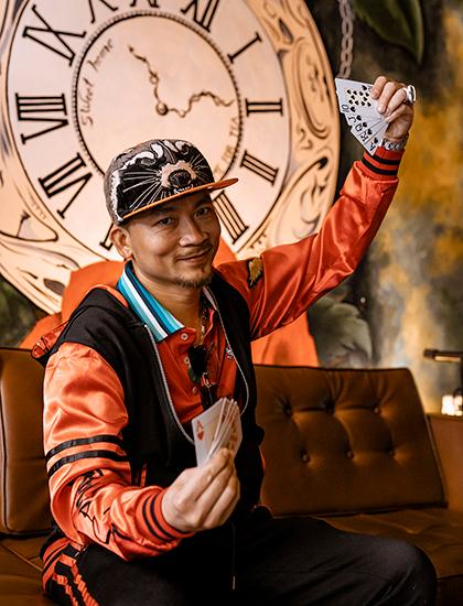 Quí Nguyễn trổ tài chơi bài tại buổi họp fan. Ảnh: Kenvin Phạm.