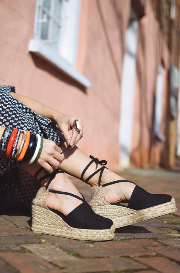 Giày đế bệt hoặc đế xuồng với kích thước vừa phải là lựa chọn tiện lợi và thoải mái khi diện áo dài.