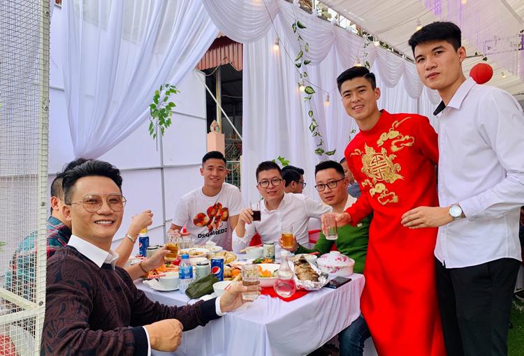 Ca sĩ Hoàng Bách trong tiệc mừng sau lễ ăn hỏi của cầu thủ Duy Mạnh tại Hà Nội, sáng 15/1. Ảnh: H.B