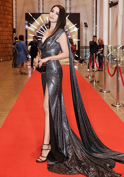 Cựu người mẫu - diễn viên Anh Thư mặc tôn dáng với mốt sequin.
