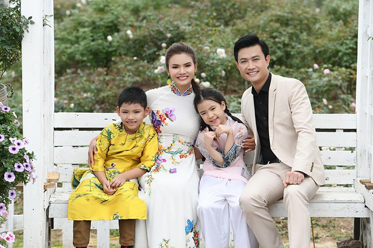 Tiến Lộc (mặc vest) và Phạm Phương Thảo nhiều lần hợp tác. Ảnh: Bình Quách.
