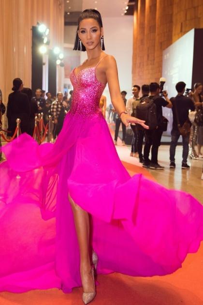 Á hậu catwalk với váy lụa.