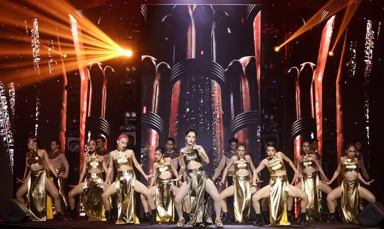 Nữ ca sĩ kéo dàn vũ công lớn lên sân khấu, mang đến bầu không khí sôi động.