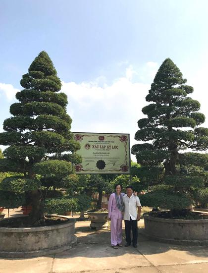 Hoài Linh (trái)bên nghệ nhân Phước Lộc và cặp me cổ xác lập Kỷ lục Việt Nam. Ảnh: H.L.