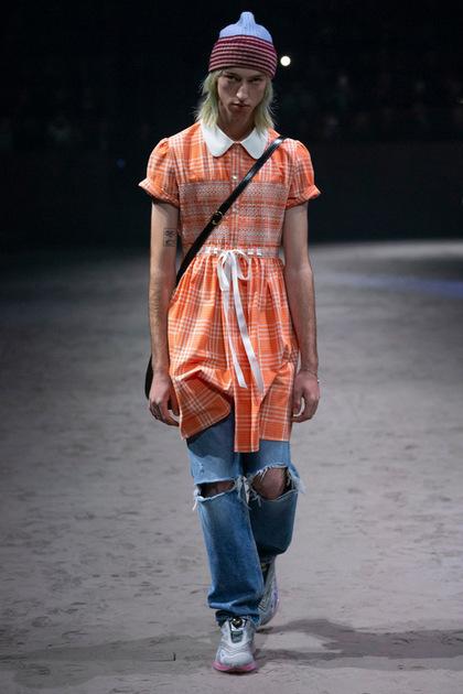 Mẫu nam phối váy babydoll với quần jeans rách, hai phong cách hoàn toàn đối lập. Ảnh: Vogue.