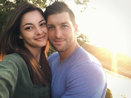 Demi-Leigh Nel-Peters và cầu thủ bóng bầu dục Tim Tebow hẹn hò hồi tháng 7. Cả hai thường xuyên chia sẻ hình ảnh hạnh phúc trên trang cá nhân.