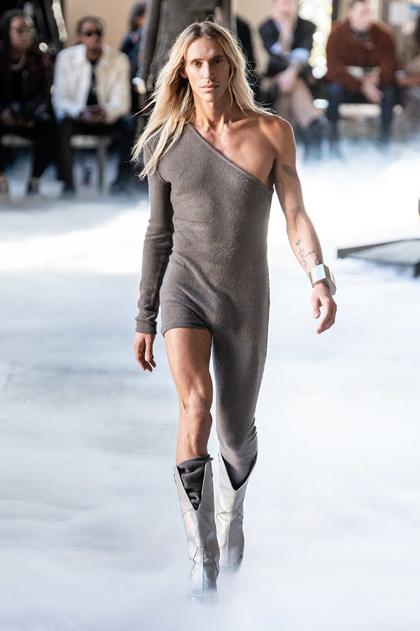BST Thu – Đông 2020 của Rick Owens trình diễn trong khuôn khổ Tuần lễ thời trang Paris cho nam – kéo dài từ ngày từ 14/1 tới 18/1, tại bảo tàng nghệ thuật đương đại Palais de Tokyo (Paris). Người mẫu nam Tyrone Dylan Susman mở màn show diễn bằng bộ jumpsuit xám bất đối xứng trên - dưới. Owens nói nhiều về nghệ thuật phô bày da thịt trong bộ sưu tập này, với những đường cắt và khoảng hở táo bạo.