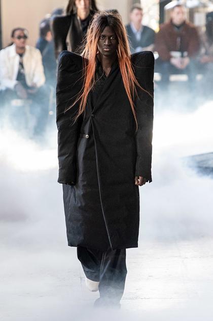 Nửa sau bộ sưu tập là những chiếc áo khoác quá khổ với cầu vai gồ lên. Các thiết kế mang tới hình ảnh hướng ngoại, nổi bật.