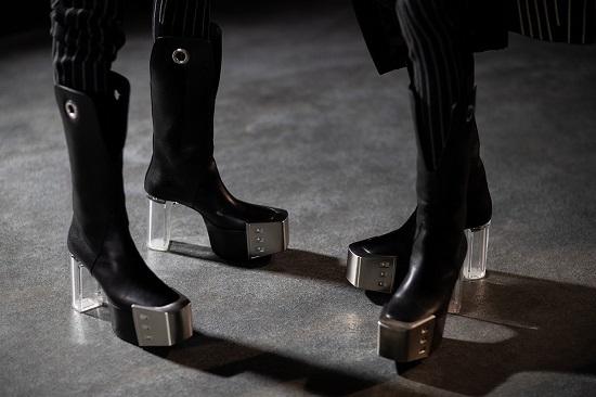 Phụ kiện cũng được quan tâm. Mùa này, Owens đem tới những đôi bốt với nắp kim loại ở mũi và gót trong suốt. Ảnh: Highsnobiety/ Eva Al Desnudo.
