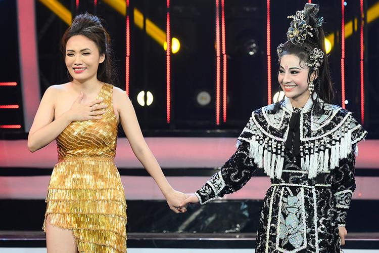 Nhật Thủy (trái) bên thí sinh MiA (giả NSƯT Trinh Trinh) trong phút công bố quán quân. Ảnh: Bá Ngọc.