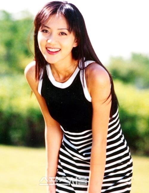 Yum Jung Ah (còn viết là Yeom Jung Ah) là một trong những mỹ nhân tuổi Tý đình đám Hàn Quốc. Cô sinh ngày 21/7/1972 trong gia đình khá giả tại Seoul.