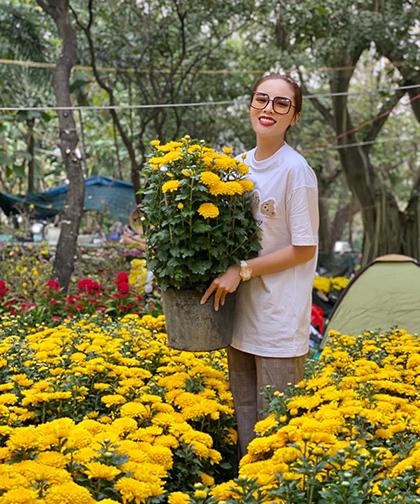 Hoa hậu Kỳ Duyên đi chợmua hoa trưng Tết.Năm nay, cô đón Tết cùng gia đình ở Hà Nội. Ảnh: K.D.