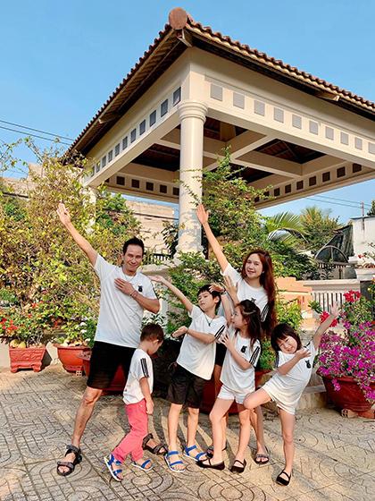 Gia đình ca sĩ Lý Hải - Minh Hà cùng về quê ở Tiền Giangđón Tết. Họ đưa con cái đi tảo mộ, thăm hỏi bà con, lối xóm.