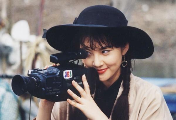 Sau tranh tài các cuộc thi nhan sắc, Yum Jung Ah kiên định với diễn xuất. Cô tiếp tục đóng vai phụtrong seriesThiên đường của chúng ta (phần hai, năm 1992), có Jang Dong Gun đóng chính. Theo Sport Seoul, cặp sao nhanh chóng thân thiết nhờ sinh cùng năm(1972) và tương đồng sở thích.