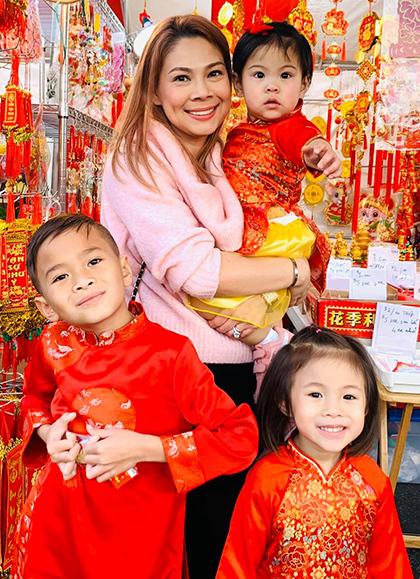 Năm nay ca sĩ Thanh Thảo đón Tết ở Mỹ. Cô đưa con gái - Talia - và con nuôi - Jacky Minh Trí - đi chợ Tết ngắm