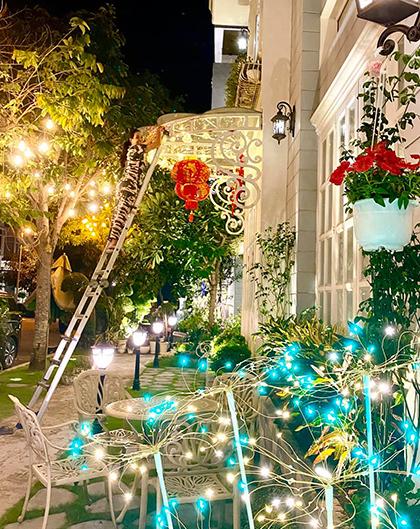 Cựu người mẫu Thúy Hạnh tự tay trang trí căn biệt thự ở quận 9 (TP HCM) với dàn đèn điện, lồng đèn, thêm màu sắc trong ngày xuân.