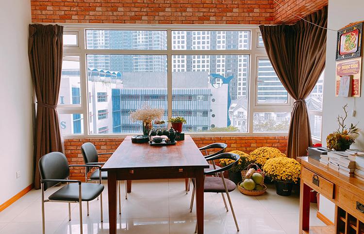 Buổi sáng an lành của người đẹp đất Mũi bắt đầu trong không gian sống tràn ngập sắc xuân. Được biết, Trà Ngọc Hằng và con gái đang ở trong một căn hộ sang trọng và tiện nghi tại TP. Hồ Chí Minh