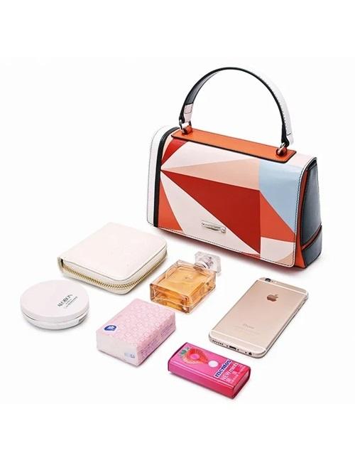 Kích thước nhỏ gọn nhưng chiếc túi hộp này có thể đựng nhiều món đồ bất ly thân của phái nữ như: điện thoại, phấn phủ, nước hoa, khăn giấy, ví đựng tiền nhỏ...