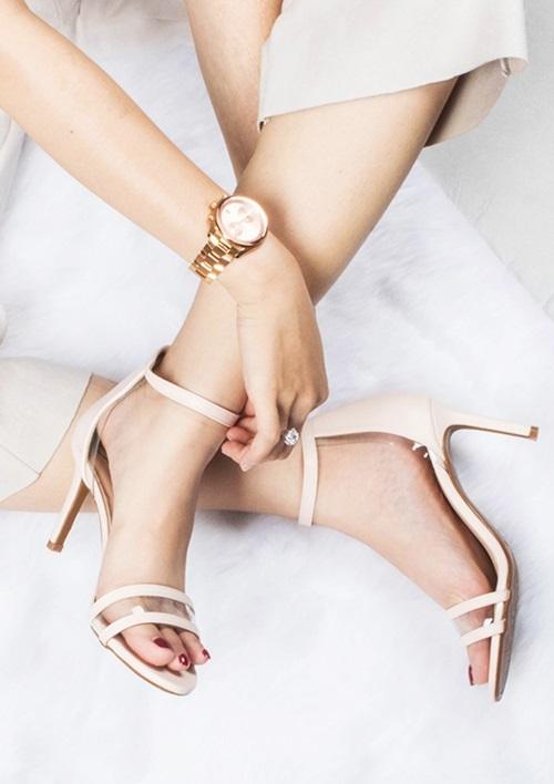 Giày sandal gót nhọn Erosska EM017 cao 5 cm, có thiết kế cơ bản với quai đeo ngang, hở mũi và dáng tròn. Nhà thiết kế dùng chất liệu da mềm phủ bóng nhằm giúp phái nữ êm chân khi di chuyển. Lớp PU vuông cứng bao bọc gót giày để tạo sự cân bằng. Đế chống trượt giúp tăng cường độ bám. Sản phẩm đang giảm đến 23% trên Shop VnExpress, còn 230.000 đồng (giá gốc 298.000 đồng). Có nhiều tông màu cho chị em lựa chọn như trắng, đen, vàng bò và màu nude.