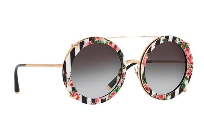Kính mát Dolce&Gabbana DG2198 1298 8G được làm từ hợp kim Titanium và nhựa. Kiểu dáng bo tròn cỡ lớn cùng cách phối màu hoa lá trên nền sọc trắng đen thu hút nhiều cô gái. Sản phẩm được gia công tỉ mỉ từng chi tiết nhằm duy trì tuổi thọ và tính thẩm mỹ. Kính đang giảm 20 trên Shop VnExpress, còn 13,52 triệu (giá gốc 16,9 triệu).