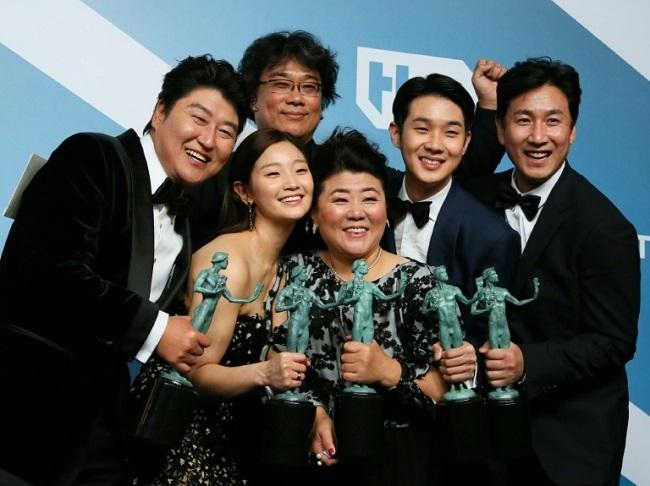 Sao Parasite ăn mừng sau sự kiện. Phim đang có sáu đề cử Oscar, với cơ hội lớn nhất ở giải phim quốc tế. Ảnh: AFP.