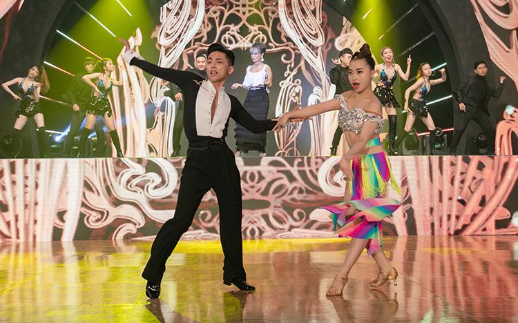 Phan Hiển và Nhã Khanh cũng biểu diễn chung tiết mục. Cả haimang về cho đoàn thể thao Việt Nam huy chương vàng ở nội dung latin jive, hai huy chương bạc ở các nội dung latin samba và năm điệu latin ở SEA Games 30, hồi tháng 12/2019 tại Philippines.