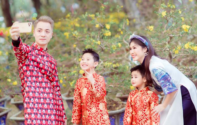 Gia đình Đăng Khôi dạo lễ hội hoa Tết