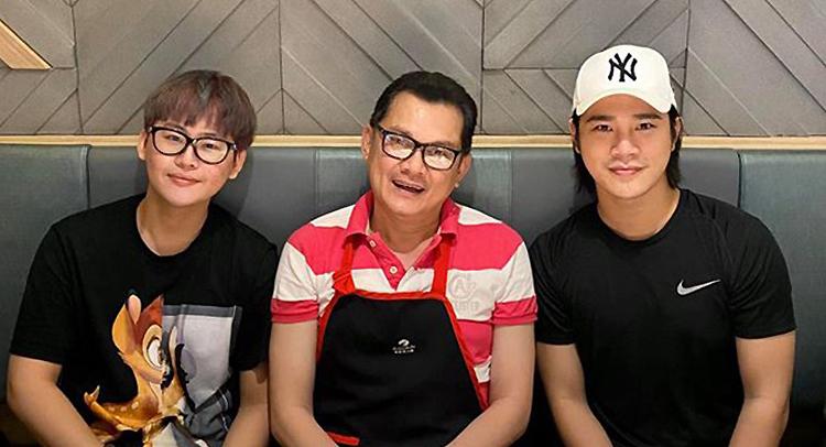 Nghệ sĩ Hữu Châu (giữa) vui vẻ cùng học trò của mình - diễn viên Trần Phong (phải, vai Dũng trong phim Mắt biếc. Ảnh: Facebook nghệ sĩ Hữu Châu.