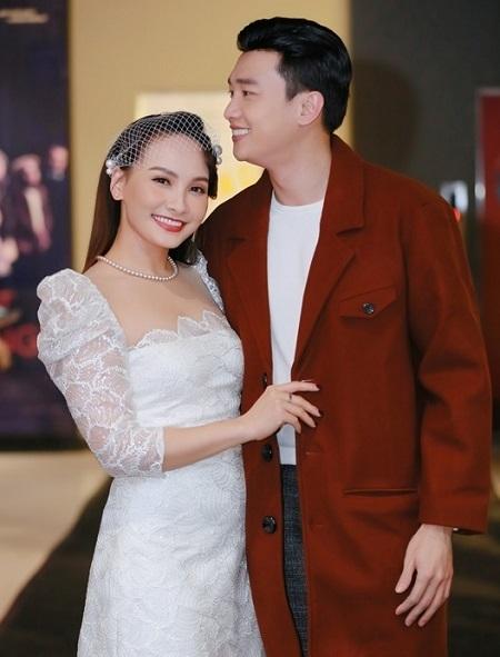 Bảo Thanh, Quốc Trường trong buổi ra mắt phim ở Hà Nội. Năm 2019, họ được chú ý khi đóng vợ chồng trong series gây sốt Về nhà đi con. Ảnh: Galaxy.