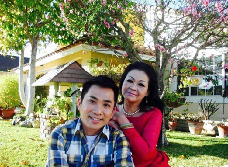 Bức ảnh Khánh Ly (áo đỏ) và ca sĩ Quang Thànhdịp Tết 2014 ở Mỹ bên cây đào nở rộ trước sân nhàdo chồng côchụp.