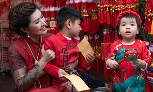 Nguyễn Hồng Nhung và con đi chợ Tết