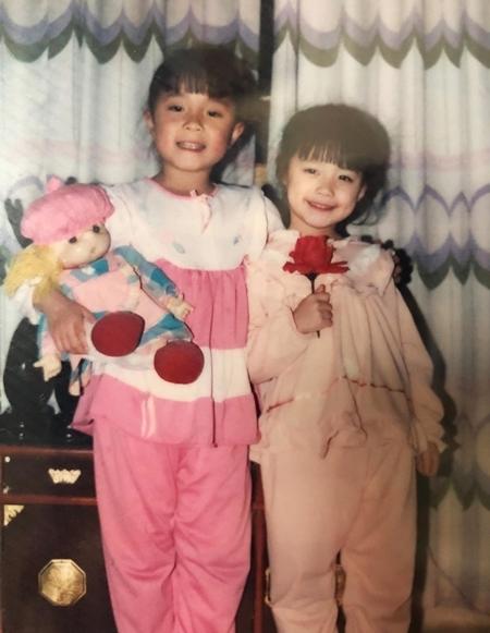 Hye Sun lúc năm tuổi, cười rạng rỡ bên chị gái bảy tuổi (phải).