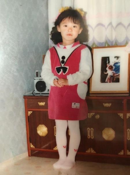Năm bốn tuổi, Hye Sun đã tự chọn quần áo, cài tóc. Cô bé thích chụp ảnh, tự tin trước ống kính.
