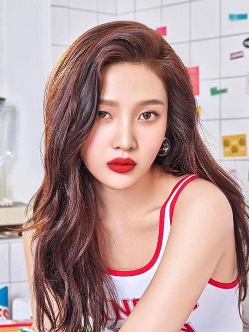 Joy - thành viên nhóm Red Velvet - sinh ngày 3/9/1996, tên thật là Park Soo Young. Cô cao 1,67 m, da trắng sáng và gu thời trang đa phong cách. Ngoài ca hát, đóng phim, cô còn làm host của show truyền hình về sắc đẹp, được đánh giá hài hước, linh hoạy. Instagram của cô có 5,4 triệu người theo dõi.